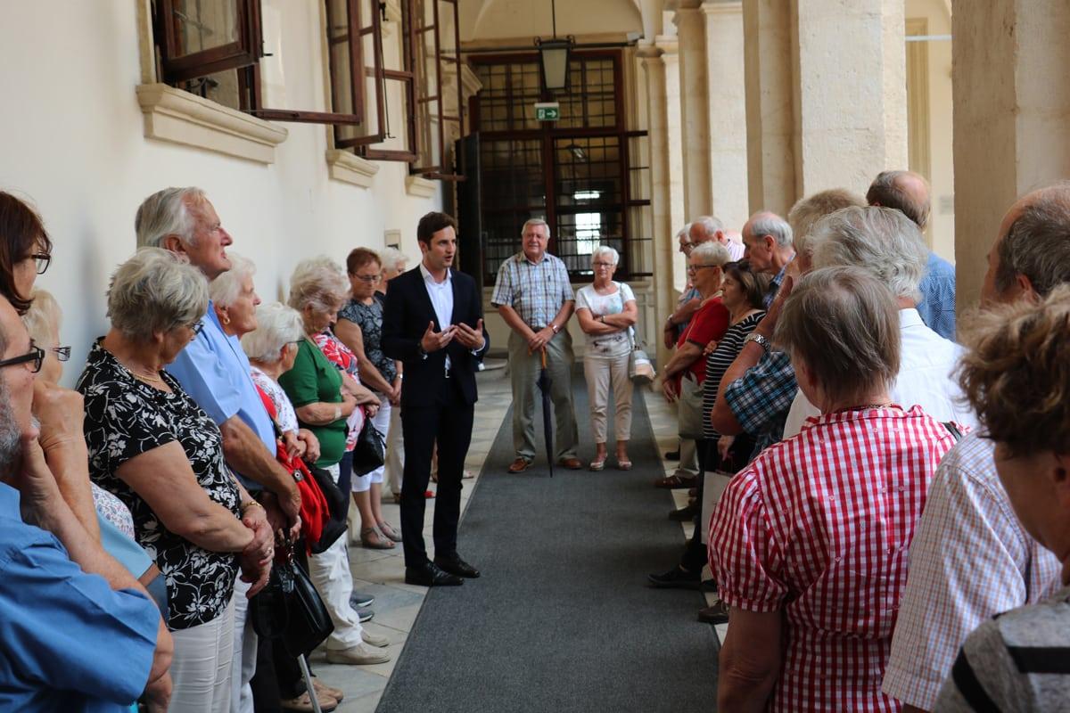 LAbg. Lukas Schnitzer mit einer Besuchergruppe aus St. Johann in der Haide